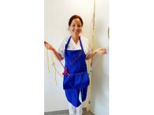 Ett plockförkläde hjälper oroliga patienter med demenssjukdom. Modell är undersköterskan Lina.