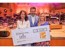 LOVE IS ALL! -  DEIN MÜNCHEN erhält Spendenscheck von TELE 5 im Rahmen des Filmfoniker-Konzerts beim Filmfest München