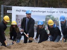Bostadsministern tog första spadtaget på nya Kryddhyllan i Gårdsten