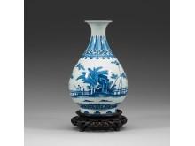 Vas i porslin med dekor i underglasyrblått tillverkad under Qingdynastin och kejsar Xianfengs period (1851-1861)