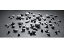 Stenar med skedar av Sarah Vedel Hurtigkarl. Porslin, silver och pigment