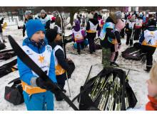 Alla på snö, barn förses med skidor