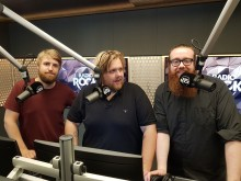 Komikerne Olav Svarstad Haugland, Halvor Johansson og nykommer Henrik Bjørnson vekker Norge med ekte rock i morgensendingen «Stå Opp med Radio Rock».