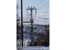 Stig Svanborg arbetar med underhållsarbete vid Storulvån trots att strömmen är på