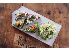 Rugbrød med hytteost, avocado og salat