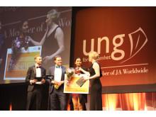 Jaspreet mottar priset som Årets säljare på den stora scenen under SM i Ung Företagsamhet