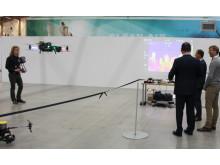 Mehmet Kaplan tittar på testflygning med drönare.