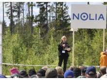 Skogsklustrets vd, Maria Hedblom, invigningstalar på Skogsnolia.