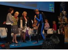"""EU-kommissionären Maria Damanaki, kommunstyrelsens ordförande i Göteborg, Anneli Hulthén och miljöminister Lena Ek tillsammans med artistduon """"Vattenmannen och Speed"""" och barn på scenen i Eriksbergshallen i Göteborg i går, 21 maj."""