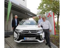 Mitsubishi Deutschland Geschäftsführer Werner H. Frey übergibt die Fahrzeuge an Thomas Ammon von der Stadtverwaltung Flörsheim und Reinhard Blüm von den Stadtwerken Rüsselsheim (v. li. n. re)