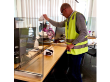 Anders Berling monterar skärmar till sjukhuset i Halmstad.