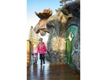 Children playing at the Moose house at Wrågården -