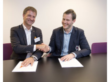 Johan Lilja och Daniel Zetterlund skakar hand efter att ha undertecknat det nya samarbetsavtalet