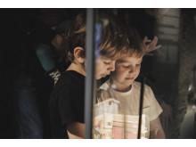 Besökare i museets huvudutställning På scen