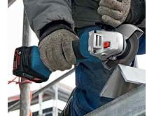 Kapping med batteridrevne vinkelslipere i stålbalk