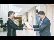 Kungl. Musikhögskolans rektor överlämnar certifikat till Kvarnbyskolans rektor Robert Staby