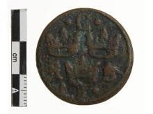 """Kobbermønt med """"Trekroner"""" fundet ved Bjerregaard Strand"""