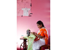 kvinna som syr från Indien, Hand in Hand