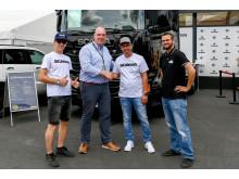 Scania R 450 als Gebrauchter für Mirko (li.) und Frank Weingartz (3.v.li.)