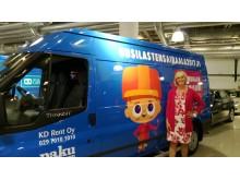 Uusi Lastensairaala tukiyhdistys 2017 ry:n edustaja ja Ford Transit