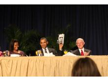 President Barack Obama håller upp boken Bonhoeffer under National Prayer Breakfast 2012