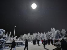 Midnattssolen tänds över Gällivare, Riksbyggen