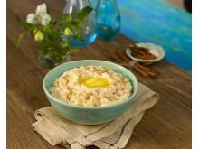 Fjordland risgrøt pyntet med smør, sukker og kanel