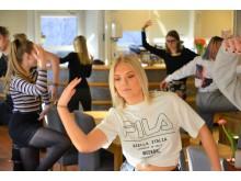 Alicia Wahlberg och hennes klasskamrater övar inför danslunchen.