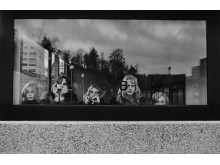 Reine, Cocos, GP, Max och Gerhard i trappuppgång vid torget. Hammarkullen 1973.