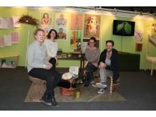 Inredningsskolans elever stylar Studiefrämjandets monter på Nordiska Trädgårdar