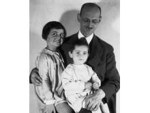 Otto Frank med döttrarna Margot och Anne, 1931.