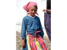 Kulturens Östarp, besökande barn i sjalett och förkläde