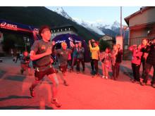 Japanen Koto Araki lämnar Chamonix vid soluppgången i Outrun the Sun