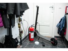 Lad el-sparkesykkelen på et ikke brennbart materiale og ha røykvarsler og gjerne et slokkaapparat i nærheten.