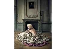 """Pressbild: Anna Järvinen som Marie Antoinette i """"Alla ska dö men jag ska dö först"""" Drottningholms Slottsteater 21 september"""