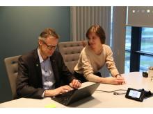 Eline Opsahl fikk prøve seg i hotelldirektørstolen til Claus Petersen
