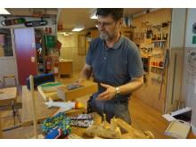 Träslöjdsläraren Kenneth Remnås visar de leksaker eleverna tillverkat åt förskolebarnen.