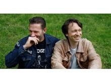 """Kompisene Kristopher Schau og Kyrre Holm Johannesen er nye programledere på digitalradiokanalen Radio Rock, med en egen versjon av podkasten """"Krisemøte""""."""