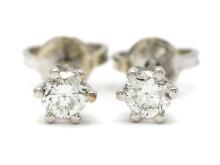 Moderna 13/10, Nr: 1, ENSTENSÖRHÄNGEN, 18K vitguld, 2 briljantslipade diamanter ca 0,44 ctv, ca TW(G)/VS-SI