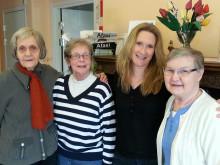 Iris Österberg, Lollo Eriksson och Kerstin Gustafsson (t h) träffas regelbundet på Café Irene i Flen tillsammans med demensteamhandläggare Birgitta Wallström. (Nr 2 från höger)