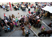 Forpladsen fuld af folk til vikingemarked