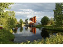Bruksdammen med hyttanläggningen invid Leduån i Olofsfors. Foto: Olofsfors bruk