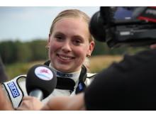 Karin Olsson intervjuas av lokalpressen efter sitt världsrekord