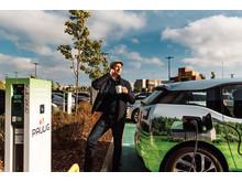 Kuvassa Tuomas Mattila, joka vastaa Schneider Electricillä sähköauton lataamisen liiketoiminnasta Suomessa ja Ruotsissa