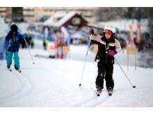 Liten tjej åker längdskidor under Wolrd Snow Day