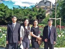 Delegasjonen fra Vietnams justisdepartement utenfor Nasjonalteateret i Oslo.
