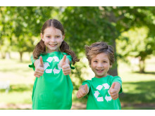 10976667-happy-siblings-in-green-with-thumbs-up (1)