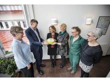 Förbundsordförande Matz Nilsson delar ut årets skolledartårta i Östersund