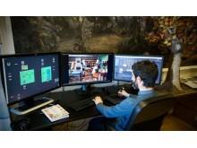AVANSERT: Når Álvaro bearbeider hvert enkelt bilde trenger han mye datakraft. Skjermen til venstre viser lagene i animasjonen, skjermen i midten er arbeidsflaten mens skjermen til høyre viser kildemateriellet.