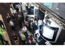 Mycket besökare på Elmia Verktygsmaskiner. Här i montern hos DMG Mori.
